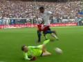 Голкипер Баварии красиво блокировал мяч после собственной ошибки