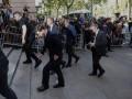 Толпа людей встретила Месси у здания суда криками