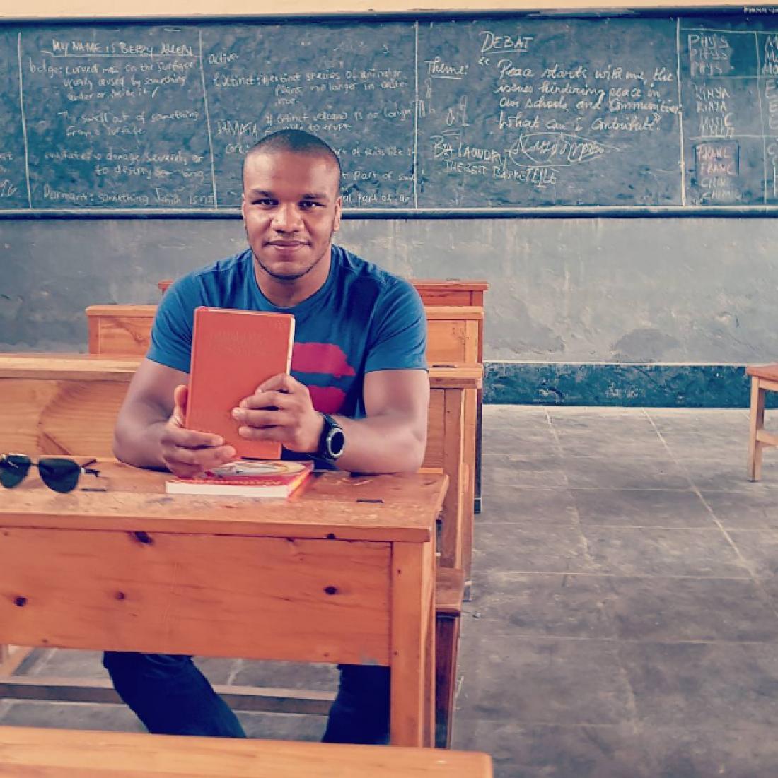 Жан Беленюк за партой руандийской школы