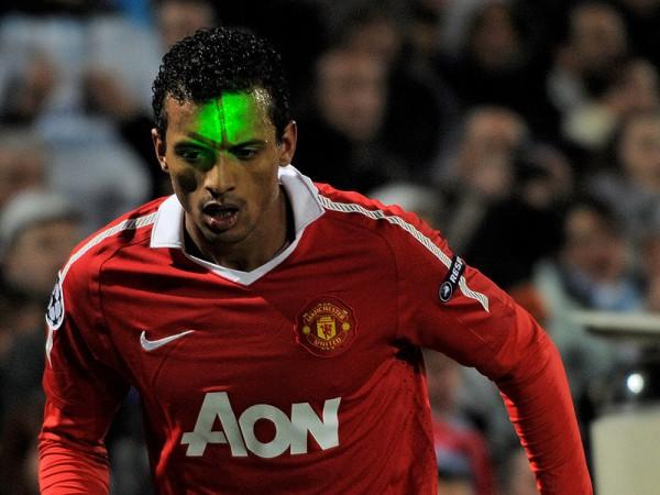 Полузащитник Манчестер Юнайтед Луиш Нани под ударом