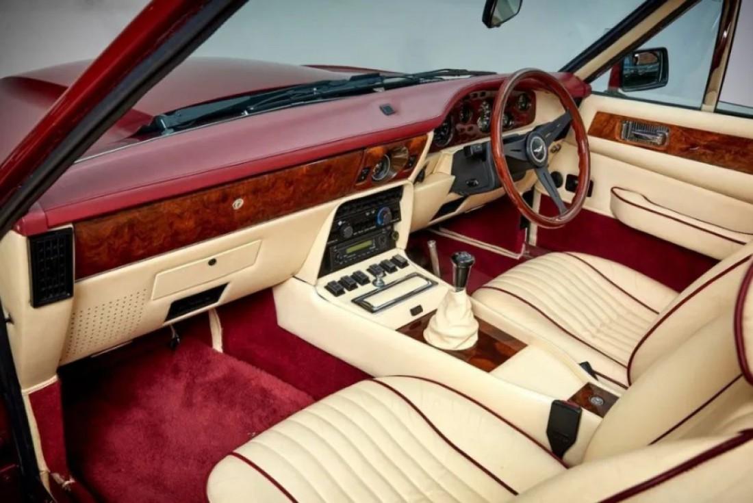 Винтажный Aston Martin V8 Volante