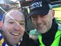 Сотрудник правопорядка спел песню с фанатами во время матча Кубка Англии