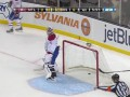Игрок Montreal Canadiens забрасывает шайбу в свои ворота