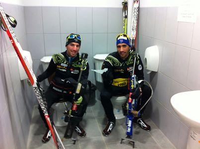 Французский биатлонист Мартен Фукрад (справа) в прошлом году сфотографировался в знаменитом сочинском туалете