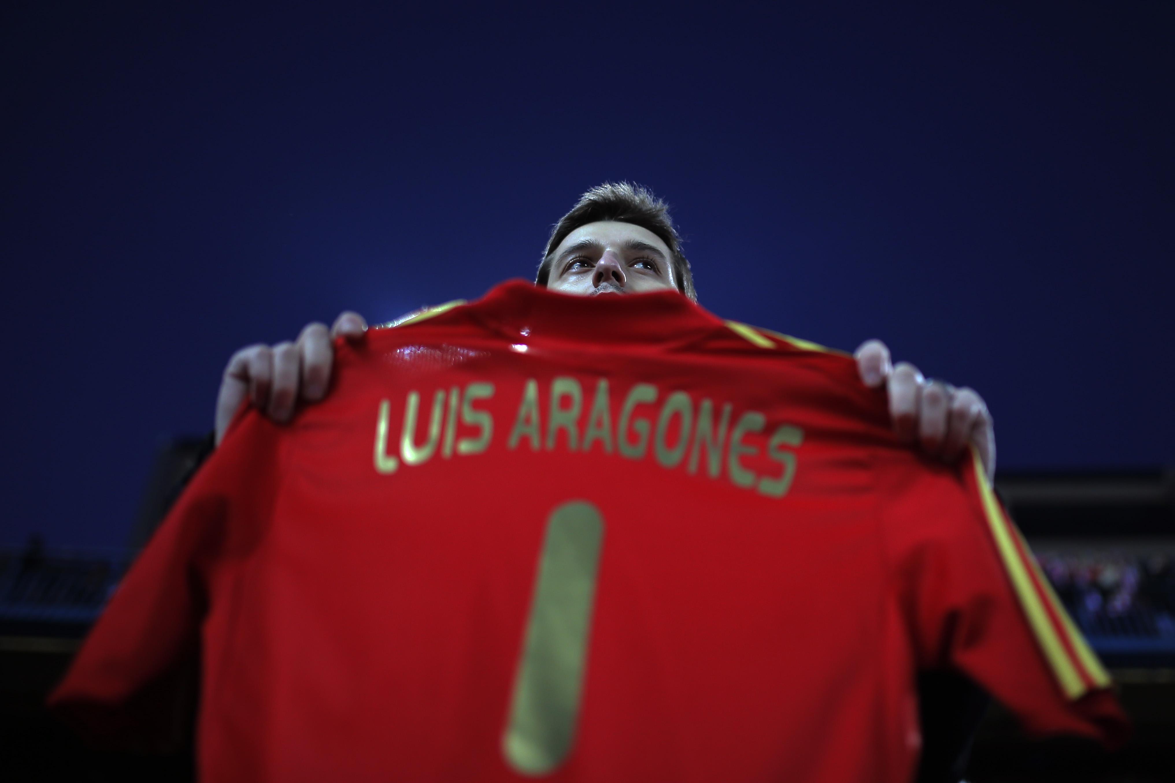 Болельщик Атлетико держит в руках футболку с надписью