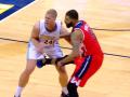Баскетболист зарядил между ног своему сопернику