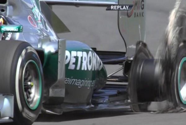 Из-за колеса Льюис Хэмилтон упустил лидерство на Гран-при Великобритании
