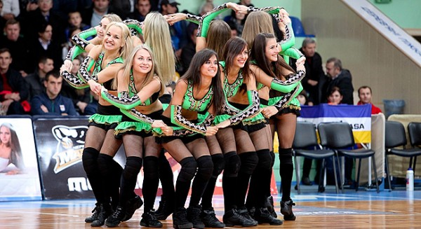 Девушки группы поддержки на матче в Черкассах