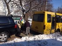 Ломаченко на своем джипе вытащил маршрутку из сугроба