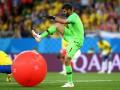 Соцсети высмеяли Алиссона, лопнувшего надувной мяч в матче со Швейцарией