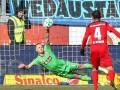 Вратарь из Германии продаст бутылку, из которой он пил в то время, когда ему забили гол