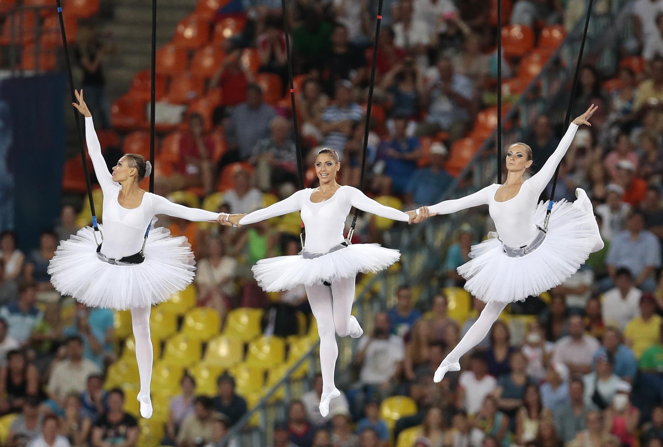На церемонии открытия чемпионата мира по легкой атлетике в Москве над стадионом Лужники летали балерины