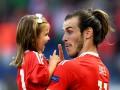 Бейл отпраздновал победу над Северной Ирландией со своей 3-летней дочерью