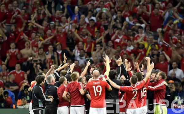 Сборная Уэльса празднует побуде над бельгийцами