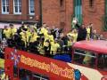 Игроки Норвича толкали автобус, сломавшийся во время праздничного парада