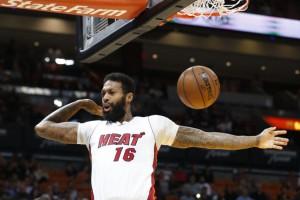 Баскетболист требует от клуба миллиард долларов за то, что его не взяли в команду
