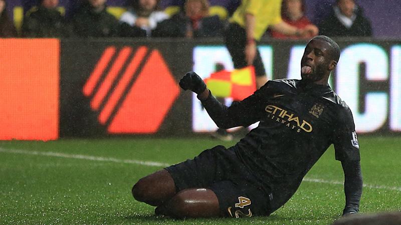 Полузащитник Манчестер Сити Яя Туре празднует гол в ворота Суонси