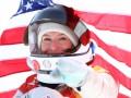 На олимпийскую чемпионку из США надели шлем космонавта – это их