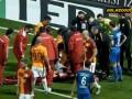 Игрок Галатасарая потерял сознание во время матча, но смог продолжить игру