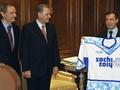 Медведеву вручили майку с олимпийской символикой Сочи-2014