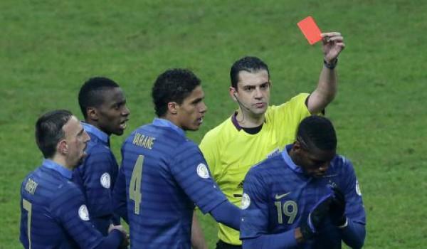Погба в течении минуты заработал два желтые карточки и оставил Францию в меньшинстве