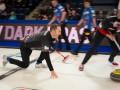 Американский керлингист выступает на Олимпиаде в старых рваных кедах