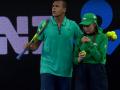 Французский теннисист помог покинуть корт девочке, подающую мячи, которой стало неважно