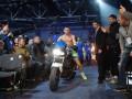 Беринчик выехал на мотоцикле к зрителям перед своим боем