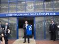 Экс-игрок Манчестер Юнайтед показал детям свое новое место работы