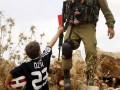 Фото дня: Палестинский мальчик показал красную карточку израильскому солдату
