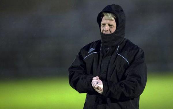 Главный тренер сборной Шотландии пытается согреться на стадионе Сербии