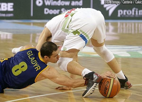 Сергей Гладырь в борьбе за мяч