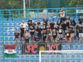 На матче чемпионата Крыма болельщик смотрел матч в футболке с украинским трезубцем