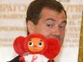 Олимпийцы подарили Медведеву красного Чебурашку