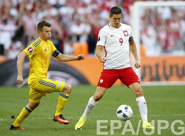 Руслан Ротань играет против Роберта Левандовски на Евро-2016