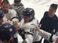 Жесткая массовая драка хоккейных клубов из Канады, в которой участвовали даже тренеры