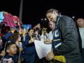 Ликующая толпа и песни фанатов: как Ибрагимовича встретили в Лос-Анджелесе