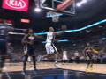 Бросок из-под кольца Паркера - среди лучших моментов дня в НБА