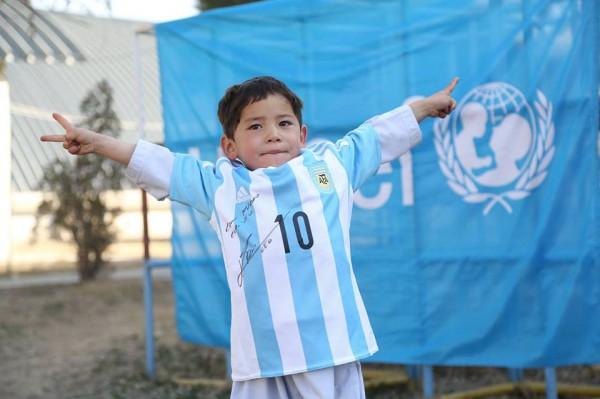 Афганский ребенок Муртаза Ахмади получил футболку отМесси