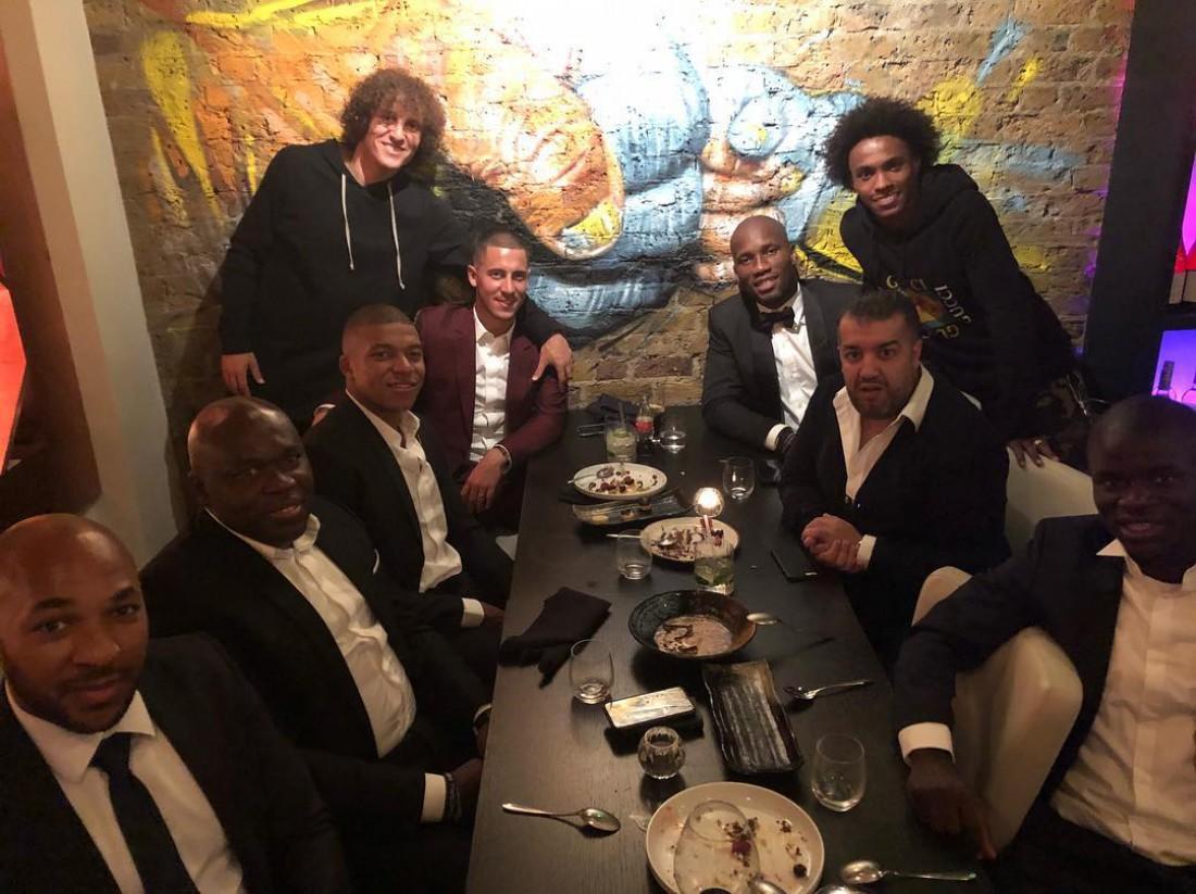 Футболисты отправились в ресторан после церемонии ФИФА
