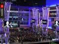 Тысячи фанатов пришли к арене Лейкерс, чтобы почтить память Брайанта