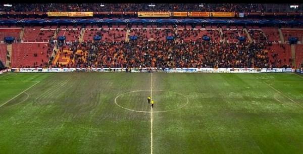 Правая сторона поля в Стамбуле была испорчена