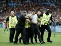 Во время финала Евро-2016 на поле выбежал болельщик