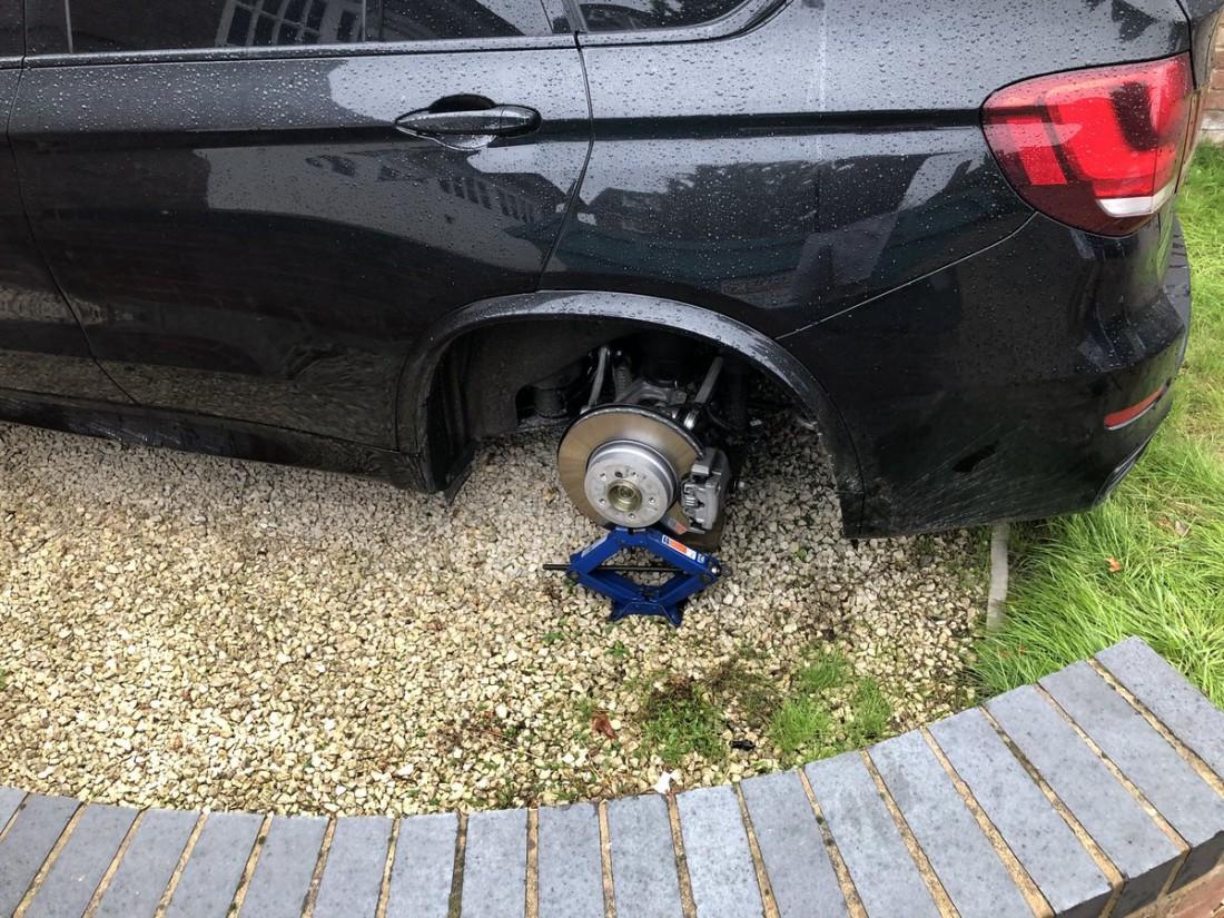 У Райана Беннетта сняли колеса с автомобиля