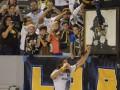 Футболист отпраздновал гол и победу своей команды стаканом пива на стадионе