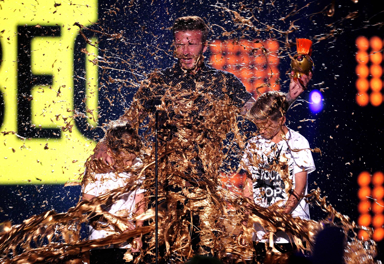 Дэвида Бекхэма и его сыновей облили золотой краской