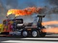 Реактивный тягач сжег асфальт на автошоу в США