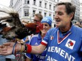УЕФА запретил болельщику сборной Франции посещать матчи с петухом