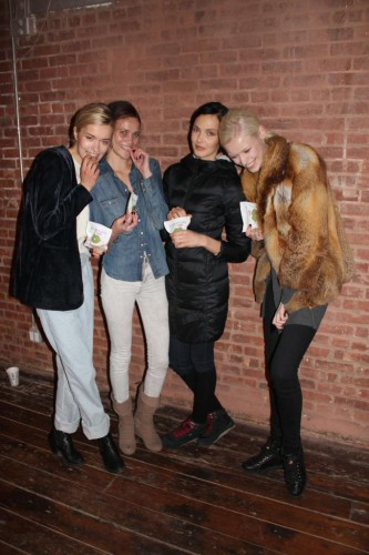 Шарапова накормила конфетами моделей Veronica Beard