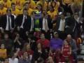 Зажигательные танцы болельщиков на баскетбольном матче